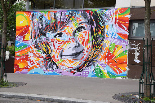 Peinture sur mur, visage d'enfant qui souri :)